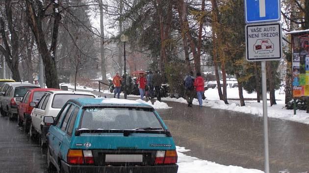 Cedule na parkovištích upozorňují šumperské řidiče na nebezpečí krádeže.