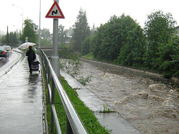 Rozbouřená řeka Bělá v Jeseníku ve středu 24.6.2009 kolem 15. hodiny