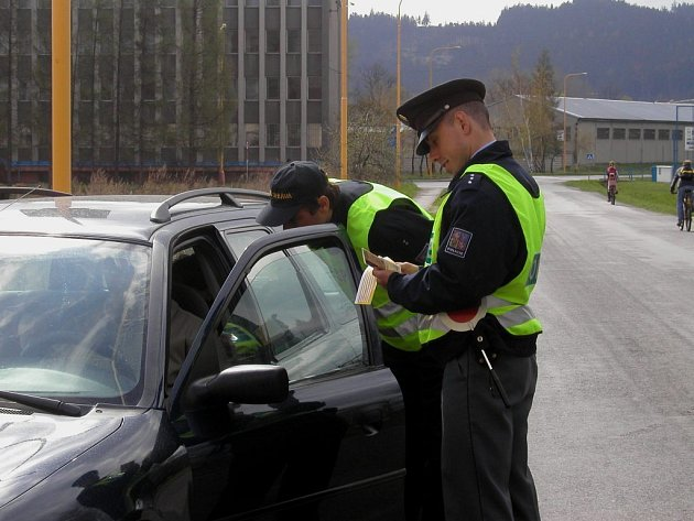 Dopravní policie příštím rok personálně posílí a hlídky tak budou častěji číhat u silnic .