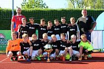 FK Šumperk U11 s pohárem za výhru v kvalifikaci E-ON Cupu.
