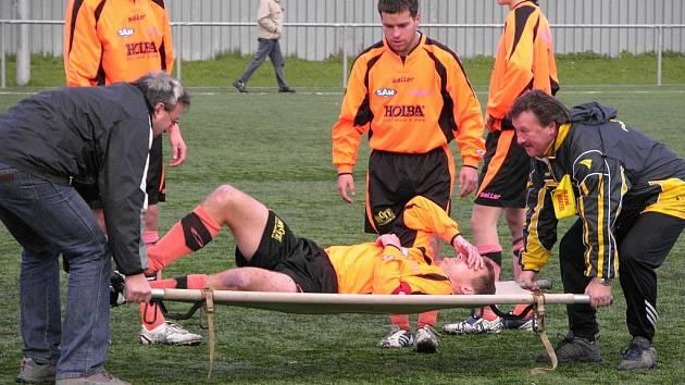 Bohdan Hecl, kapitán a asistent trenéra Šumperku, je odnášen po střetu s protivníkem.
