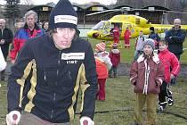 Ondřej Bank s vrtulníkem, kterým přiletěl před rokem z Rakouska.