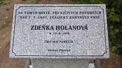 Pamětní deska oběti povodně roku 1997 v Písečné.