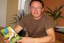 Marcel Šos drží v rukou jedno ze tří DVD Jesenických pohádek a pověstí, které namluvili Jan Kačer, Jiřina Bohdalová a Martin Dejdar.