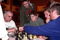 Při analýze závěrečné partie na snímku zleva vítěz turnaje František Vrána, přihlíží druhý v pořadí Vojtěch Plát společně s pátým Tomášem Cagašíkem.