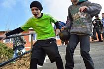 Školáci ve Starém Městě simulovali útěk ze školy. Chtějí tak pro své vzdělávací zařízení získat lyže.