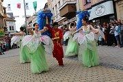 Divácky nejoblíbenější je roztančená ulice. Všechny zúčastněné soubory projdou v průvodu Šumperkem, na několika místech se zastaví a zatančí či zazpívají. Obrovský úspěch sklízeli i tanečníci z Číny