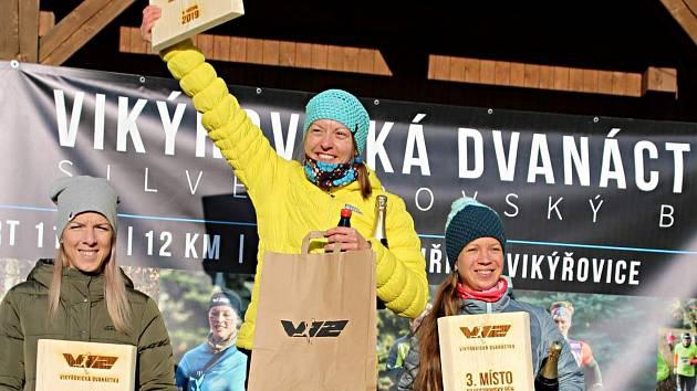 Eva Filipiová (uprostřed) na stupních vítězů