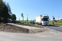 Objízdná komunikace u přejezdu v Ostružné.