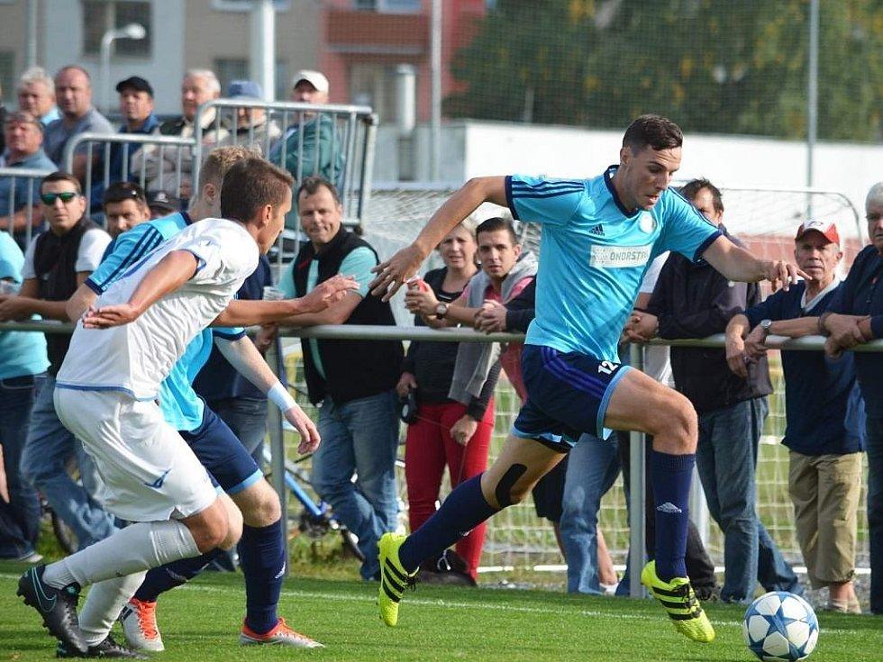 Fotbalisté Jeseníku (v modrém) zdolali Přerov 1:0.