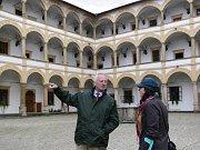 Kníže Hans Adam II. z Lichtenštejna si v doprovodu kurátorky sbírek Lenky Vaňkové prohlédl 25. listopadu 2010 zámek Velké Losiny