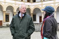 Kníže Hans Adam II. z Lichtenštejna si v doprovodu kurátorky sbírek Lenky Vaňkové prohlíží zámek Velké Losiny