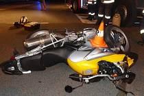 Nehoda na obchvatu Jeseníku, kde osobní auto srazilo motorkáře.