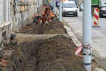 V Jesenické ulici se se staví nový chodník.