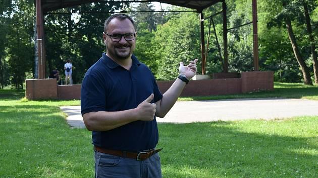 Jan Štaigl před pódiem v mohelnickém parku, kde se bude konat FolkFest.