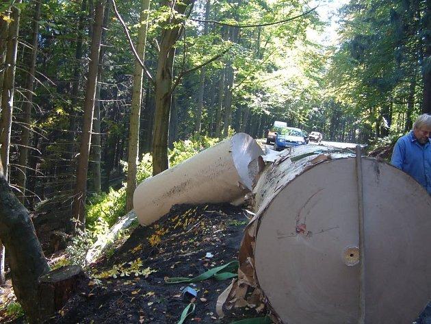 Kamion s přívěsem zablokoval horské sedlo
