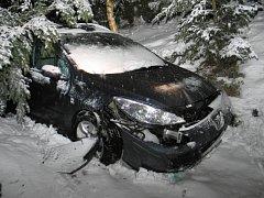 Řidič nezvládl řízení a skončil mimo vozovku.