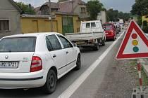 Až do konce září musejí řidiči počítat se zdržením na okraji Vlachova, kde dopravu kvůli stavbě mostu řídí semafory.