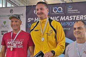 Jiří Šíp (ve žlutém) na stupních vítězů v Řecku
