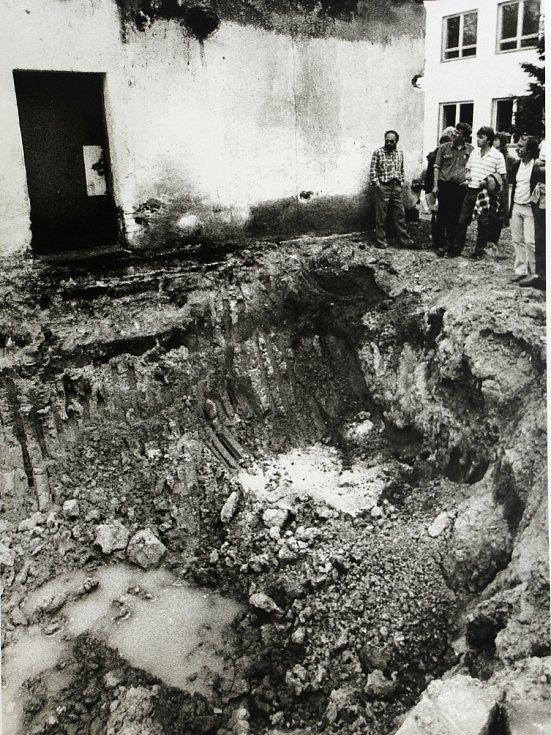 Ropný průsak v šumperských kasárnách po opuštění sovětskou armádou v roce 1990.