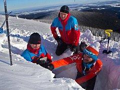 Specialisté z horské služby Jeseníky kontrolují lavinový katastr ve Velkém Kotli každý týden.