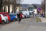 Parkovistě u zábřežského nádraží nestačí, auta stojí, kde se dá.