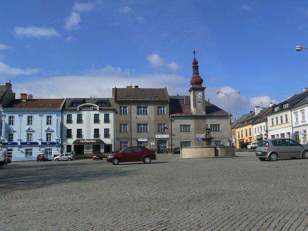 Masarykovo náměstí v Zábřehu je jedním velkým parkovištěm.