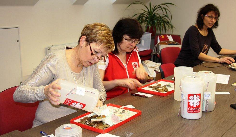 Pracovníci zábřežské Charity sčítají výtěžek Tříkrálové sbírky