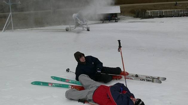 Na své si o víkendu přijdou lyžaři i v areálu v Branné, kde mají nachystané hromady umělého sněhu, které rozvezou po sjezdovce.