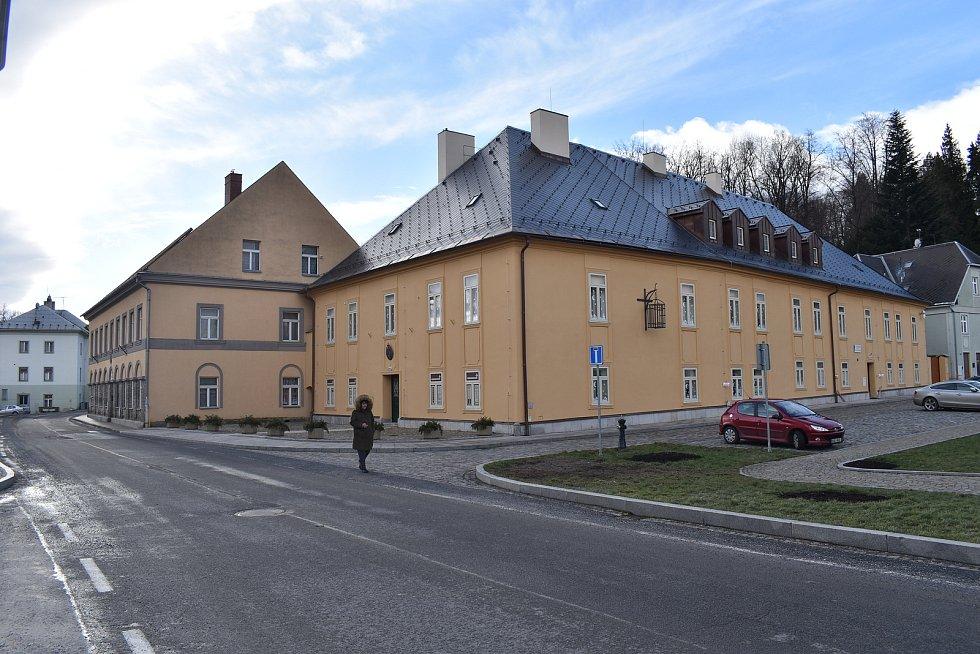 Město Javorník. Budova soudu a fary
