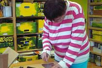 Při praktické části projektu si účastníci v dílně vyzkoušeli i výrobu vitráží.