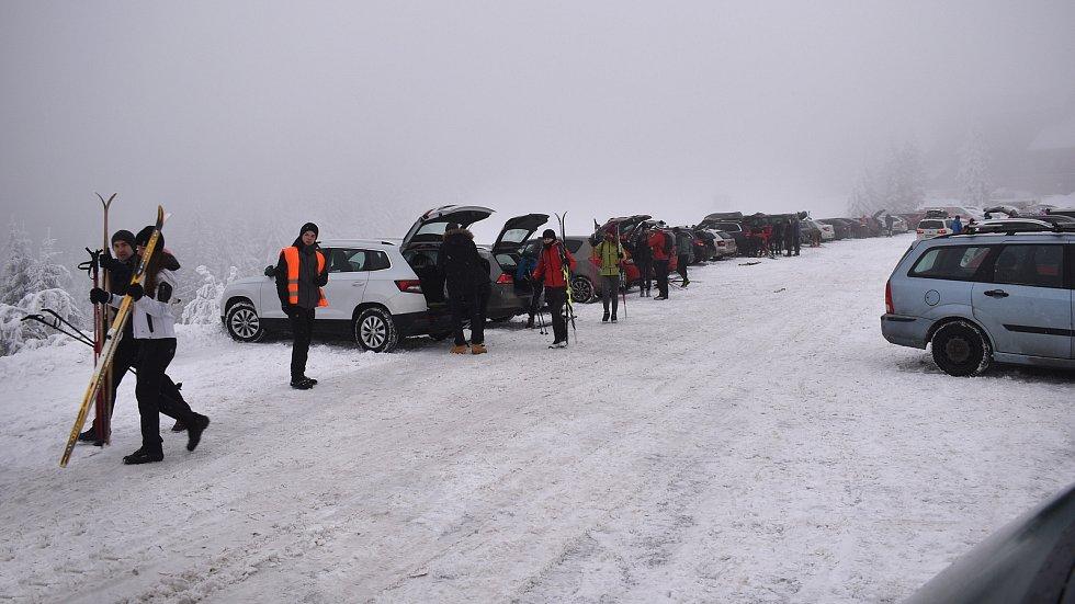 Nájezd lyžařů na Červenohorské sedlo. 9. ledna 2021