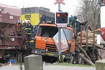 Nehoda nákladního vozu s vlakem v Bohdíkově.