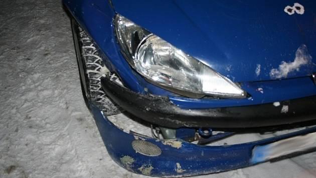 Poškozený vůz peugeot.
