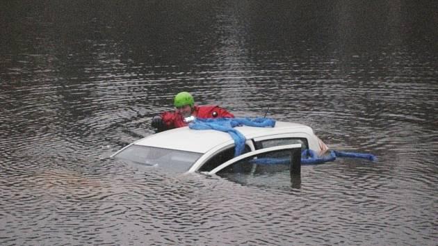 Žena s autem sjela do rybníka, chtěla spáchat sebevraždu.