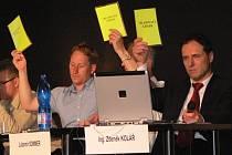 Zábřežští zastupitelé během hlasování na středečním zastupitelstvu