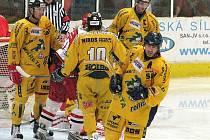 Igor Bobček (zcela vlevo) coby Drak v utkání s Prostějovem