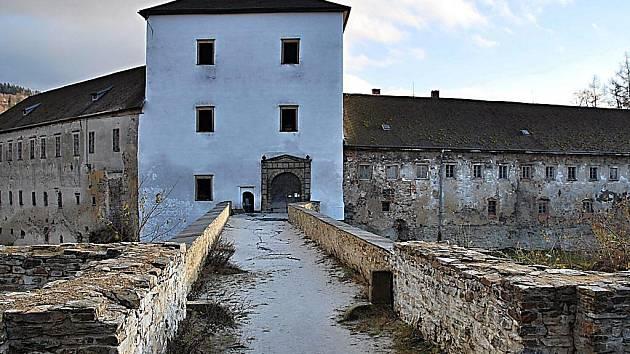 Oprýskaná fasáda zámku už centrum Branné dlouho hyzdit nebude