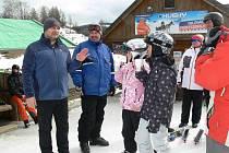 Rostislav Procházka (vlevo) při rozhovoru s lyžaři z Prahy
