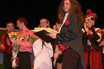 Autorem scénáře i choreografie na melodie z muzikálů Moulin Rouge, Kabaret a Chicago je učitel tanečního oddělení ZUŠ Zábřeh René Kuzník.