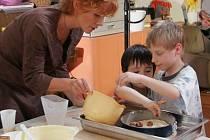 Děti se s maminkami naučí péci i dorty.