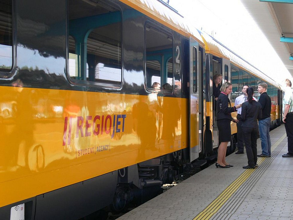 Soukromé exprexy RegioJet vyjedou poprvé na trať v pondělí 26. září. Pozvaní hosté se jimi mohli svézt v předpremiéře ve čtvrtek 22. září