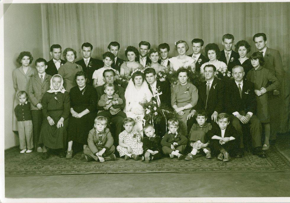 Manželé Lanšperkovi na svatebním snímku.