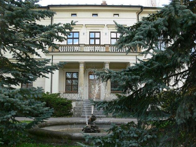 Dnes v té krásné klasicistní vile bydlí studentky zdravotnické školy. V roce 1869 ji ovšem užívala rodina významného průmyslníka Roberta Siegla. Podle něj se také domu dodnes říká.