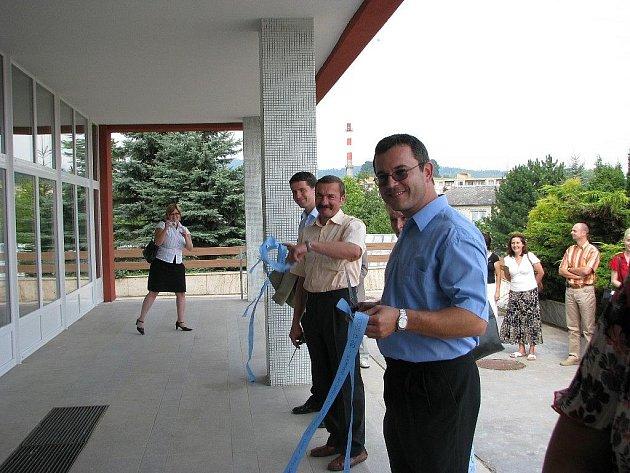 Slavnostní přestřižení pásky po dokončení zateplení Sluneční školy v Šumperku