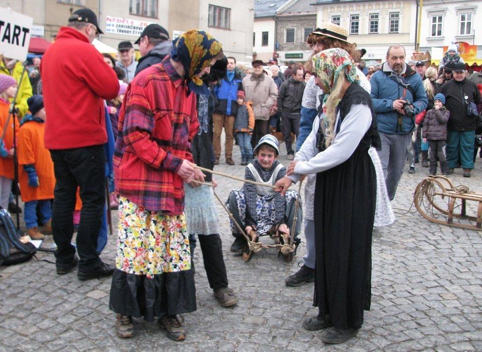 Jedenáct čtyřsřeží s lidskou posádkou se postavilo v neděli 28. února odpoledne na start tradičního recesistického závodu na Masarykově náměstí v Zábřehu. Ten je součástí festivalu cestovatelů, dobrodruhů a recesistů Welzlování.