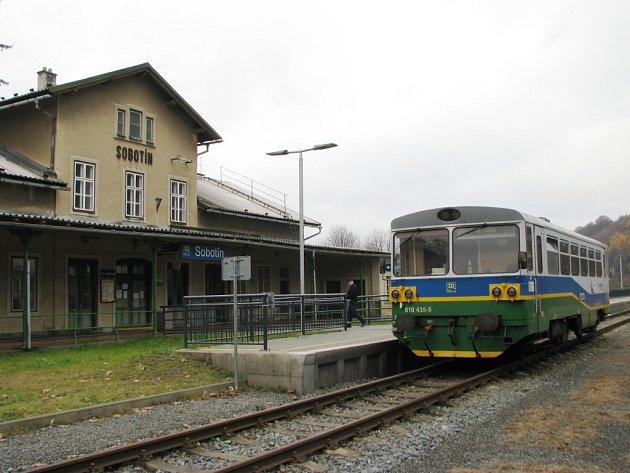 Stanice Sobotín leží v katastru sousedního Petrova nad Desnou.