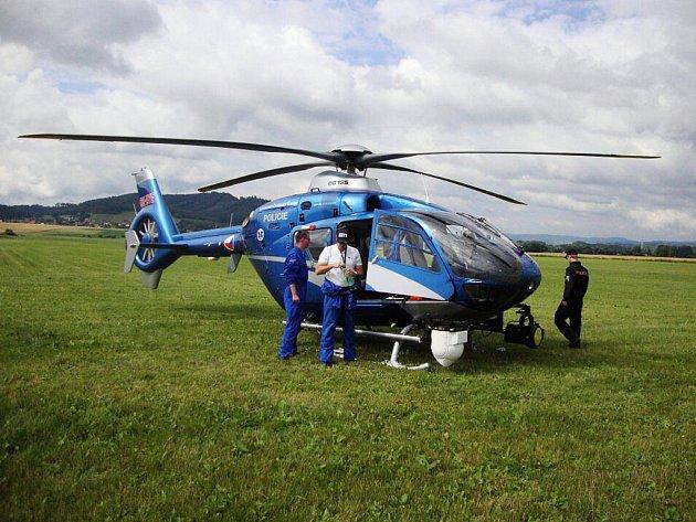 Tento policejní vrtulník hlídkoval nad Bludovským kopcem i nad Červenohorským sedlem