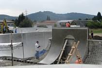 Stavba šumperského skateparku.