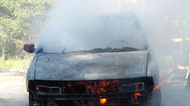 Požár auto zcela zničil.